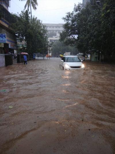 भारी बारिश ने रोकी मुंबईकरों की धड़कन, ट्रेनें हुईं ठप्प