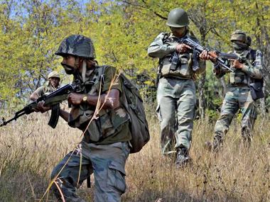 J&k Live Update: उरी में छुपे करीब 3 आतंकियों को मार गिराने के लिए सुरक्षा बलों ने पूरे गांव को घेरा