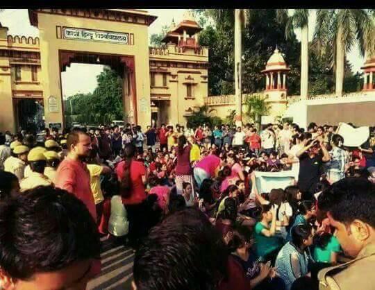 BHU : छात्राओं का प्रदर्शन हुआ उग्र, हालात और भी ज्यादा बिगड़े