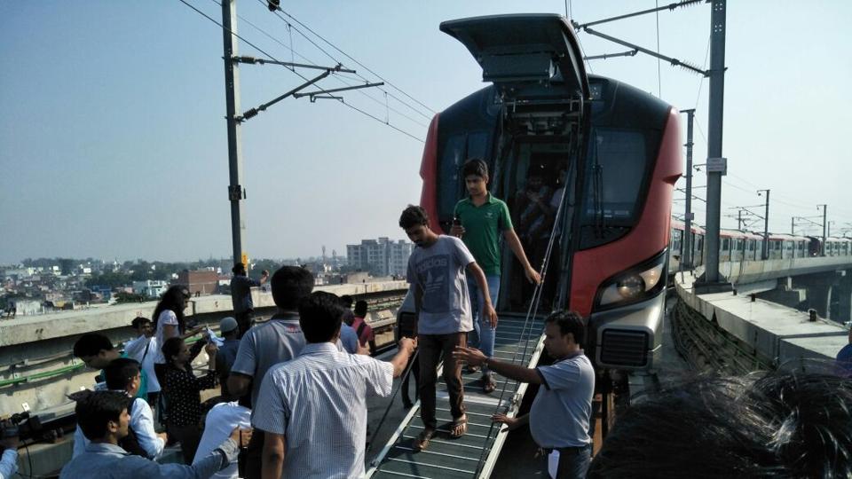 पहले ही दिन ख़राब हो गई 'लखनऊ मेट्रो', फंसे रहे सैकड़ो यात्री